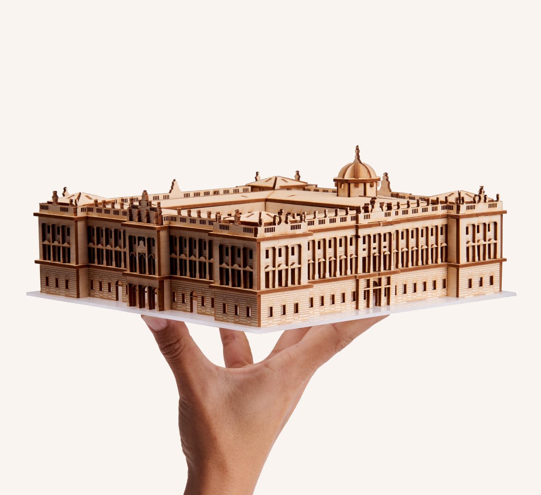 Palacio Real de Madrid en la mano
